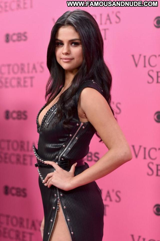 Selena Gomez Fashion Show Fashion Posing Hot Beautiful Celebrity Babe