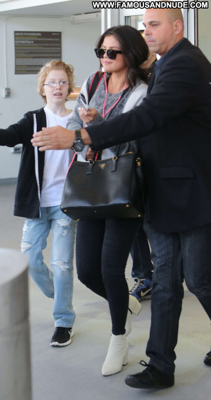 Selena Gomez Jfk Airport In Nyc Paparazzi Babe Posing Hot Beautiful