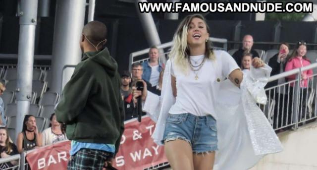 Miley Cyrus E Love Babe Concert Celebrity Posing Hot Paparazzi